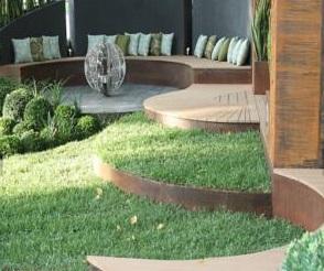 Bordures rouillées délimitant un espace vert
