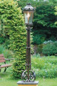 Lampadaire utilisé en décoration de jardin