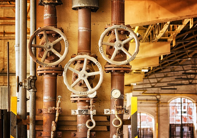 tuyaux avec vannes à l'intérieur d'une usine