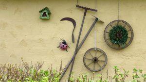 Outils de jardins usagés suspendus