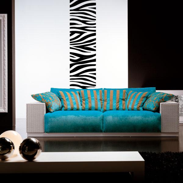 Canapé cosy devant un motif mural zèbre