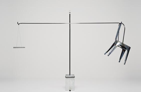 Chaise Tolix modèle A accrochée à une barre en métal