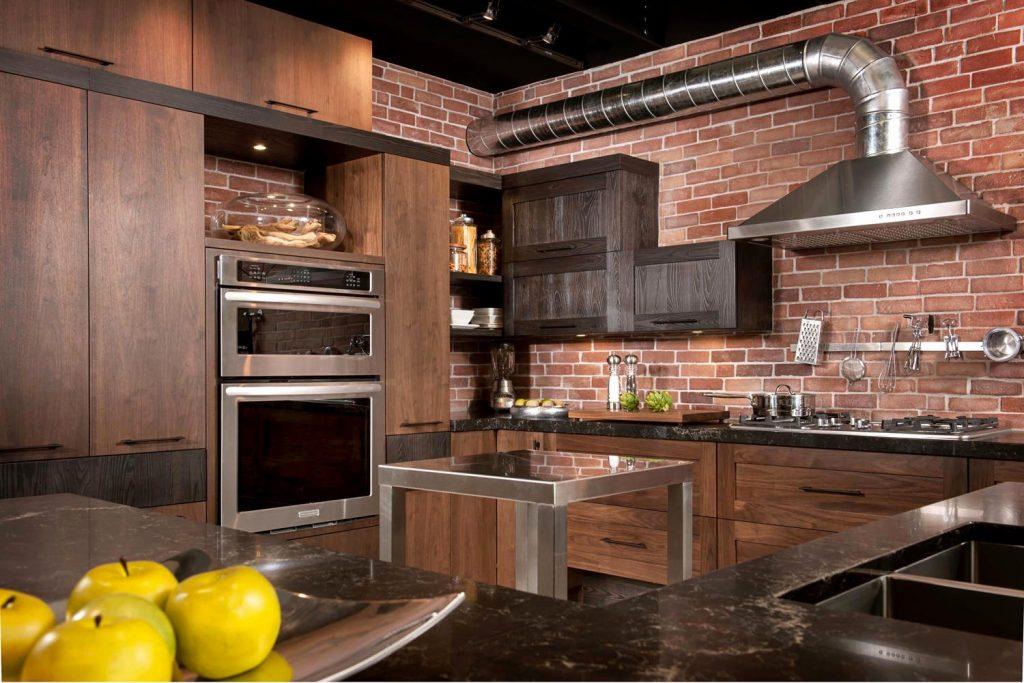 Cuisine style industrielle avec mur de briques rouges et tuyaux apparents