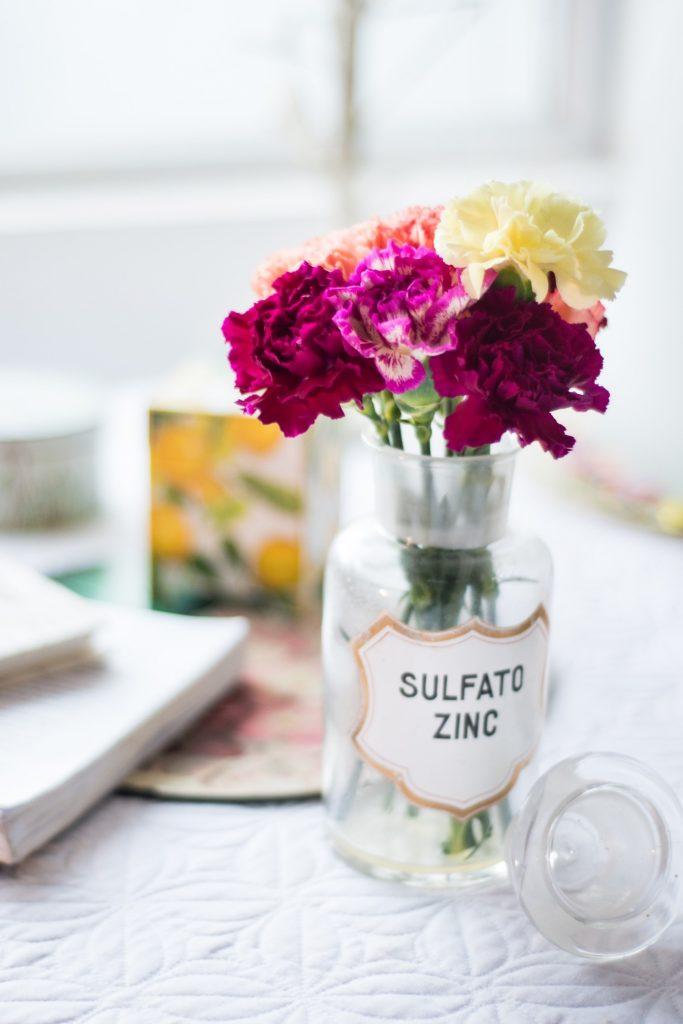 Bouquet de fleurs dans un flacon vintage