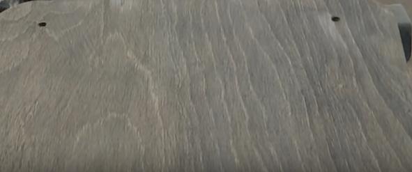 Meuble après application d'une lasure grisant le bois
