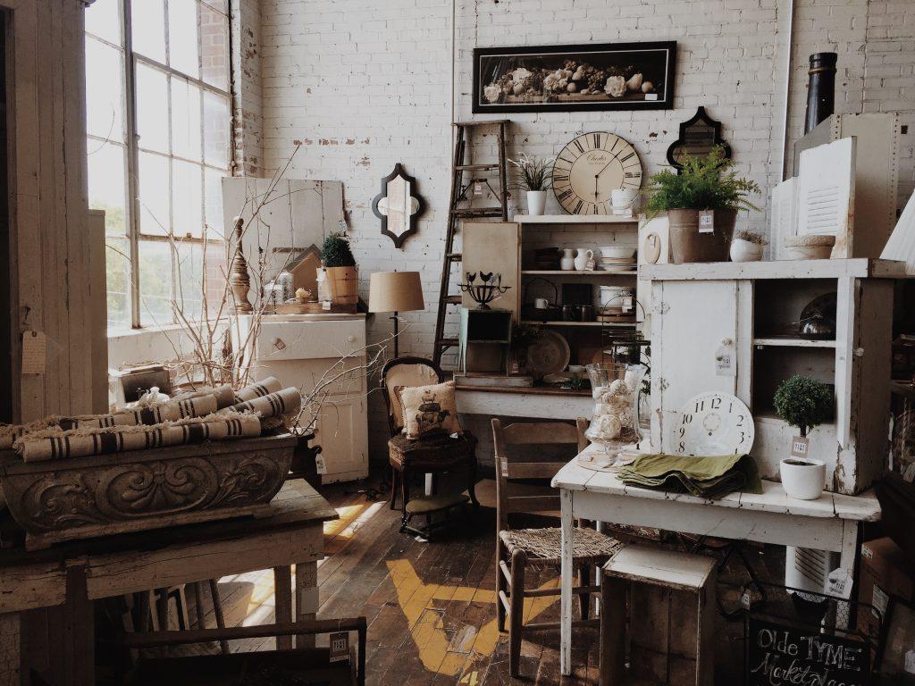 Pièce remplie de meubles style industriel