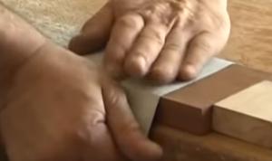 Abrasif détendu sur une cale en bois