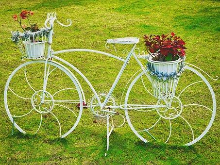 Vélo recyclé en décoration de jardin