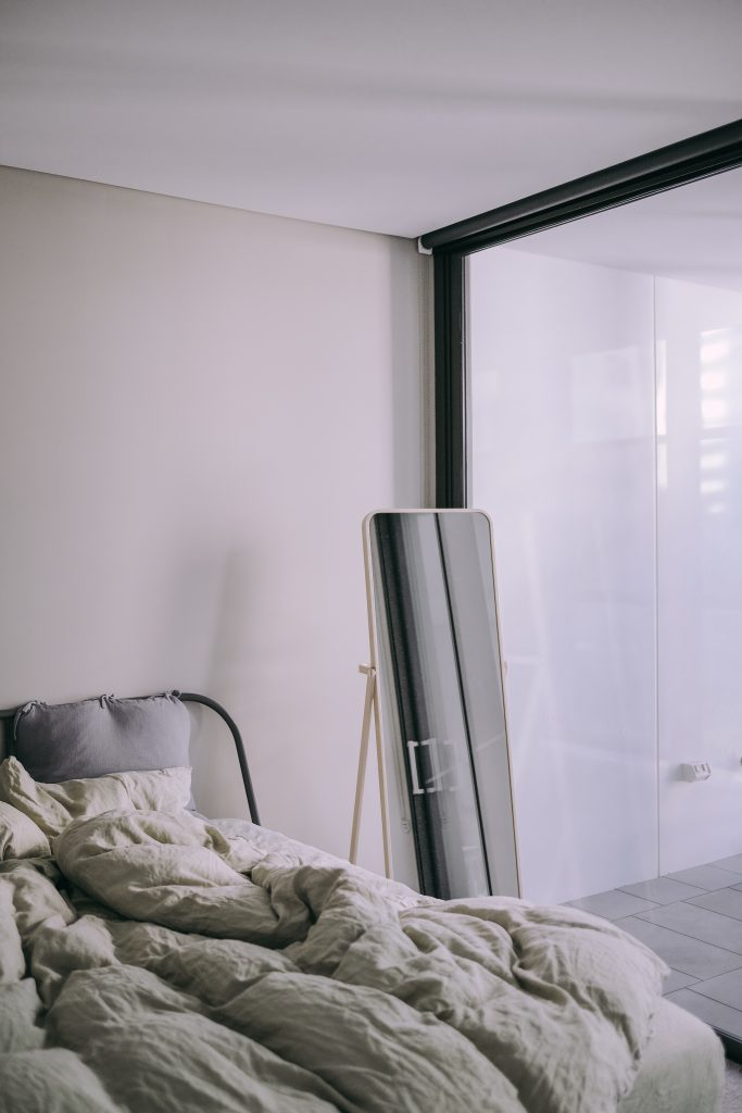 Un miroir psyché de style industriel, élément incontournable dans une chambre ou un salon